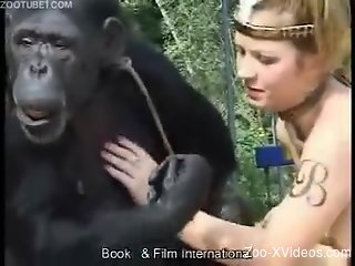Fine chick enjoys animal sex in her outdoor zoo show